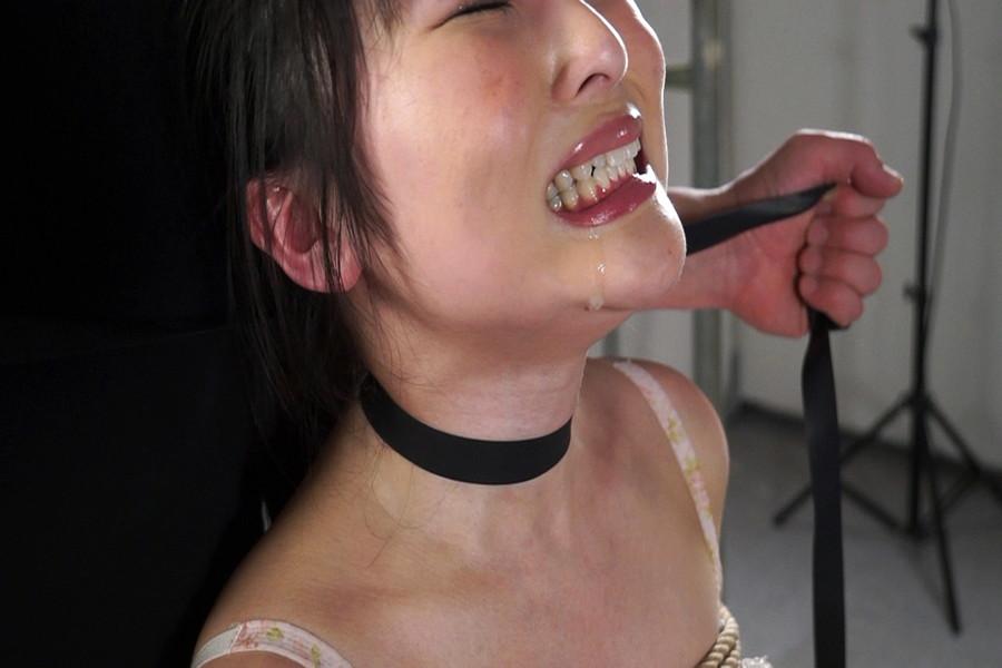 地下室の首絞め一人目 素人美女の首絞めショー